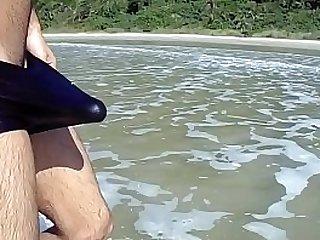 Baixinho dotado batendo uma punheta sozinho na praia