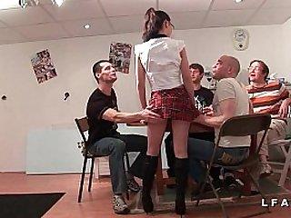 Jeune et jolie etudiante francaise baisee et couverte de sperme dans gangbang