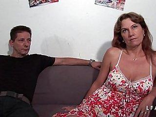 Milf double penetree dans un gangbang avec son mec